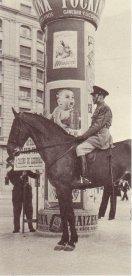 1953._gris_o_polic_a_armada_a_caballo_y_la_sorpresa_del_beb_.